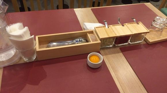 上等カレーポルタ横浜店のテーブル席
