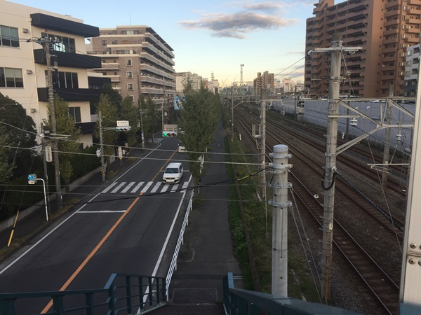東海道線沿いの道