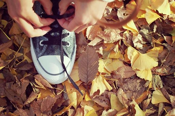 スニーカーの靴ひもを結ぶ